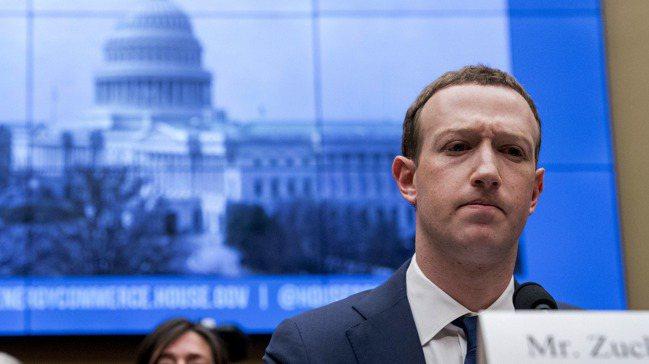 臉書執行長祖克柏的財富一夕間縮水72億美元(約新台幣2,000億)。美聯社