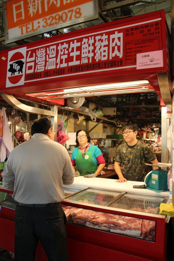 台東市公所堆動傳統中央市場提高肉品新鮮度計畫,共6間豬肉攤商響應政策裝設冷藏設備...