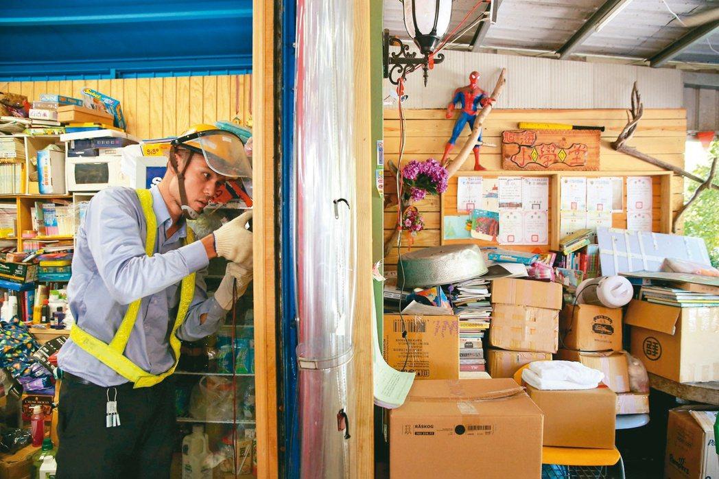 台電技術人員檢測旭海小學堂的配電箱,確認用電負載在安全範圍內。記者林澔一/攝影