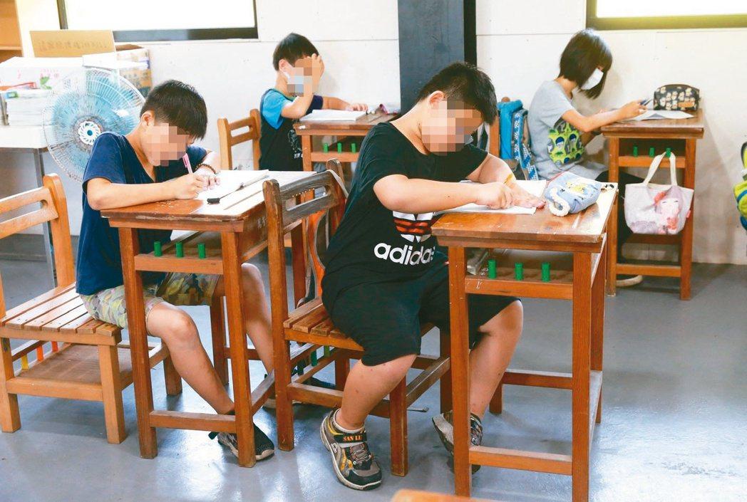 許多偏鄉弱勢孩童沒辦法在家中寫功課,必須去外頭的便利商店「借光」讀書。 記者黃義...