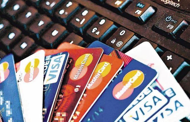 振興三倍券7月1日開放綁定,民眾迴響超乎預期,台新、永豐等銀行的三倍券限量優惠10分鐘內全部額滿,大多數銀行綁定網頁也有連不進去的情形。 報系資料照