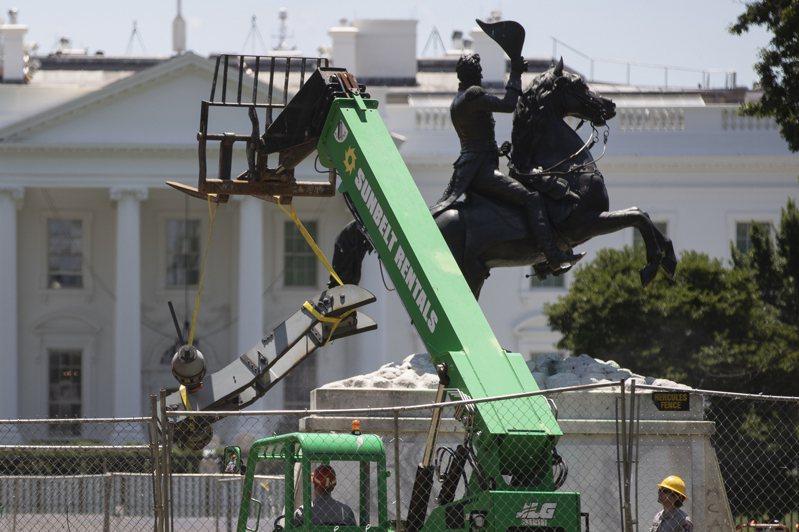 白宮外的美國前總統傑克森雕像,遭人蓄意拆除。 美聯社