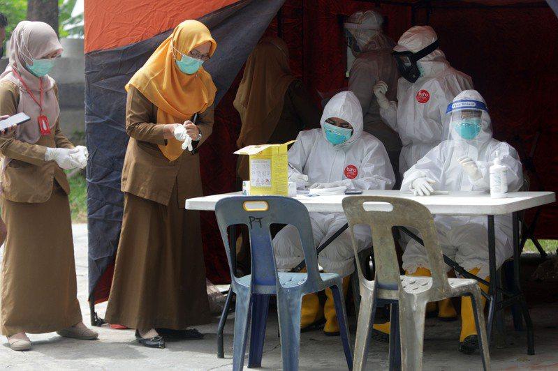 印尼今(28日)通報新增1198人確診2019冠狀病毒疾病,確診數5萬4010人。 歐新社