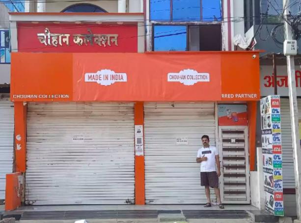 小米在印度加爾各答(Kolkata)的門市掛上「Made in India」(印度製造)的標語來遮蓋招牌。圖/Twitter