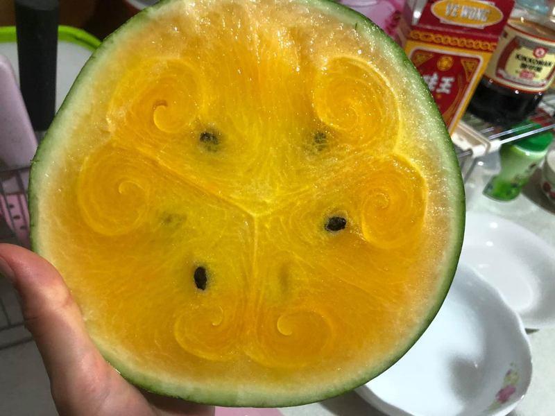 一名女網友PO文提到,將剛拜拜完的西瓜切開想要品嚐時,卻赫然發現西瓜的果肉上有相當奇特的造型,讓原PO感到相當不可思議。圖擷自爆怨公社