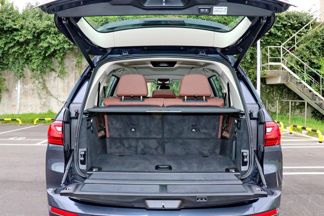 在全車滿載情況下,依然可以提供基本的326公升容量。 記者陳威任/攝影