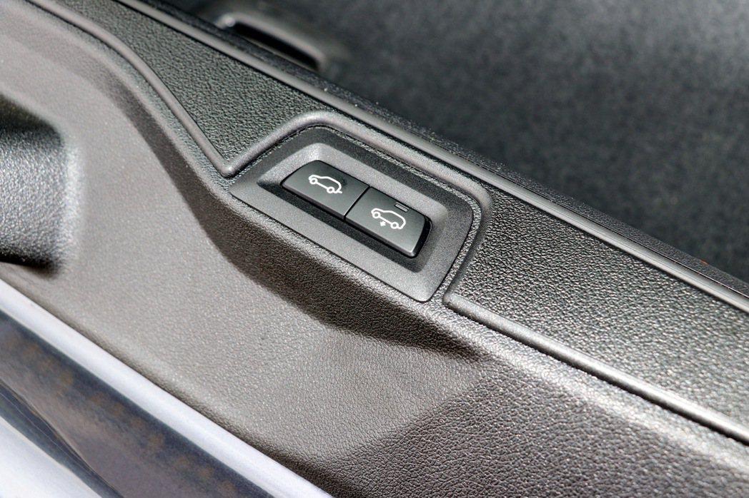X7與X5同樣都採用上下對開的尾門設計,下半部則有包含開啟鍵及車高調整按鈕。 記...