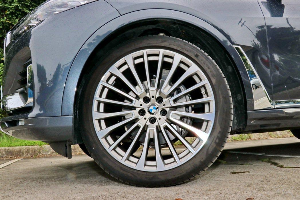 22吋鋁合金輪圈搭配龐大車身則更加畫龍點睛。 記者陳威任/攝影