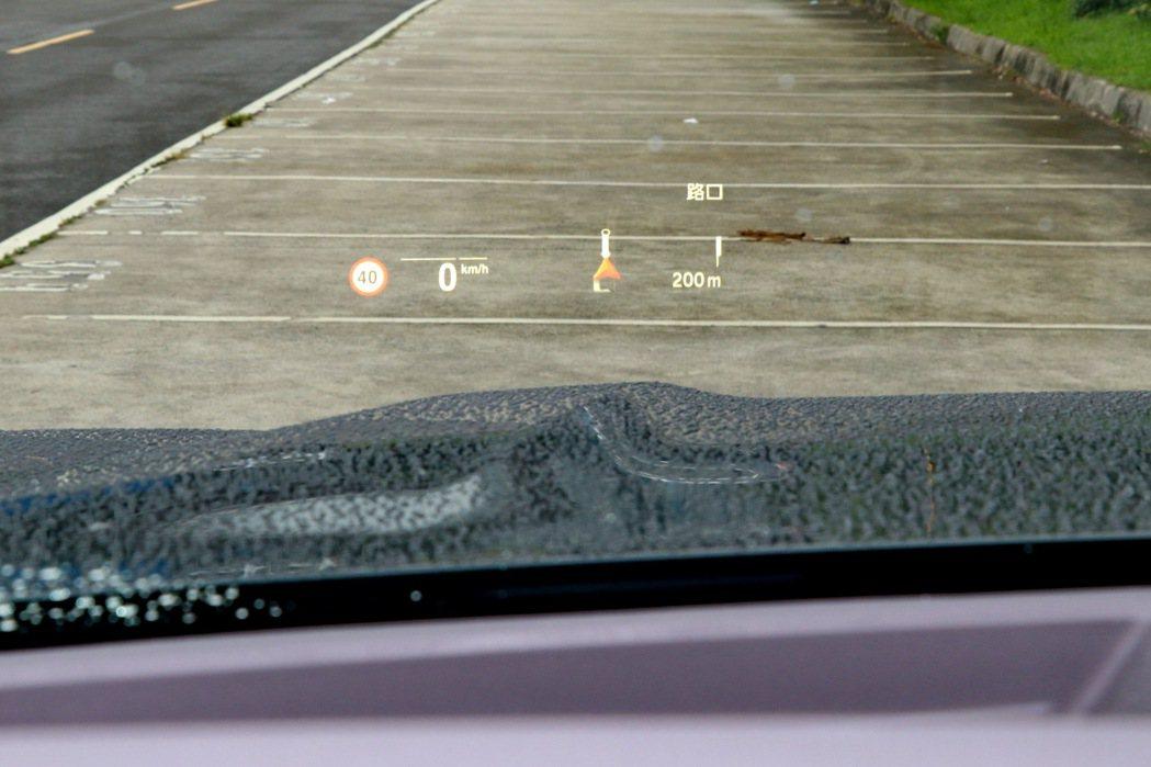 標配的HUD抬頭顯示螢幕則讓駕駛人視線可以維持在前方。 記者陳威任/攝影