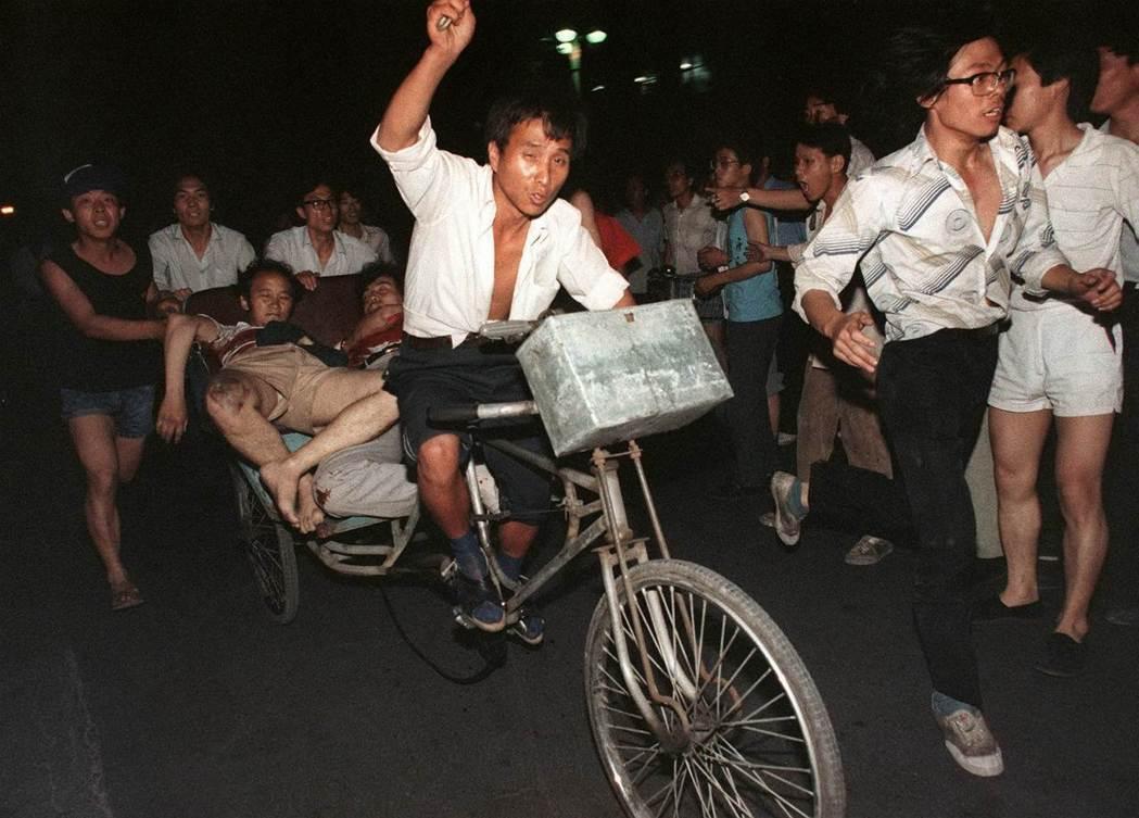 圖為1989年6月4日清晨,北京市民救走廣場上的受傷學生。 圖/法新社