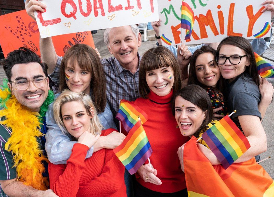克莉絲汀史都華(前排左一)主演同志喜劇「求婚好意外」將於今年12月上映。圖/索尼
