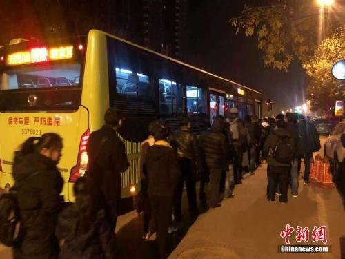 疫情發生以前,早晨五點多的燕郊,818公車已經有排隊等著去北京上班的上班族了。圖/取自中新社