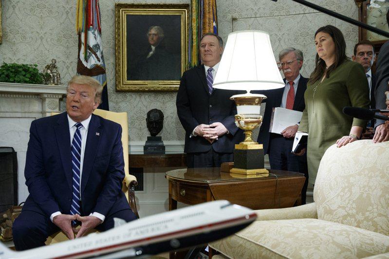 美國國務卿龐培歐(左二)認為,前白宮國安顧問波頓(右三)出書大談美國總統川普與外國領袖私人對話或敏感議題,對美政府構成巨大風險。圖為2019年6月的檔案照,當時波頓仍在職。 美聯社