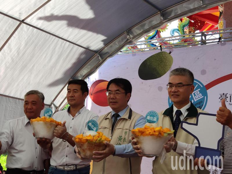 2020台南國際芒果節南化場今在南化天后宮前舉行,市長黃偉哲(右二)等人上台促銷。記者謝進盛/攝影