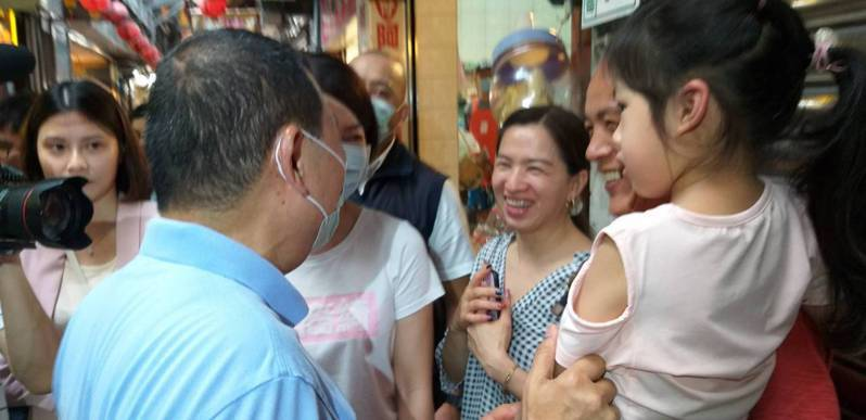 新北市長侯友宜今天上午到瑞芳九份商圈,關心地方經濟復甦情況,並向遊客打招呼。記者邱瑞杰/攝影