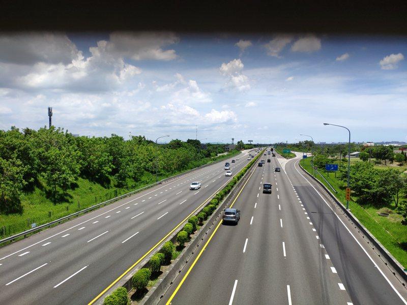 端午连假最后一天,国一台南安定路段,中午车流顺畅情形。记者谢进盛/摄影