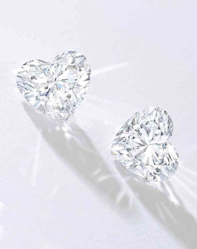 蘇富比推出10.51及10.51克拉心形全美鑚石一對,估價約1,400萬港元起。...