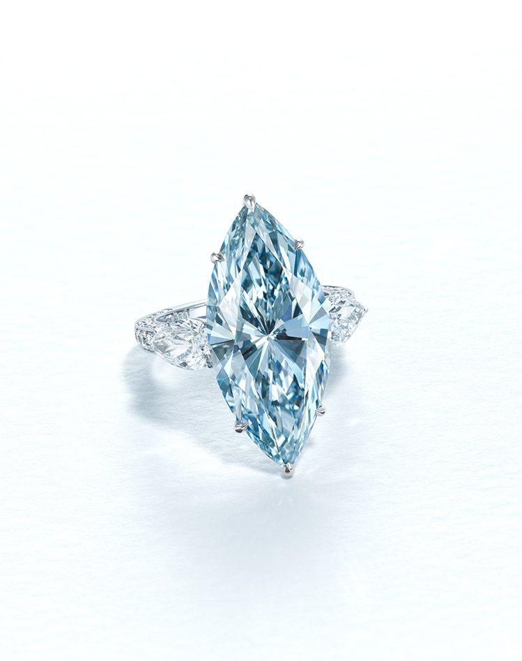佳士得領銜之作為12.11克拉濃彩藍色IF鑽石戒指,估價約6,500萬港元起。圖...