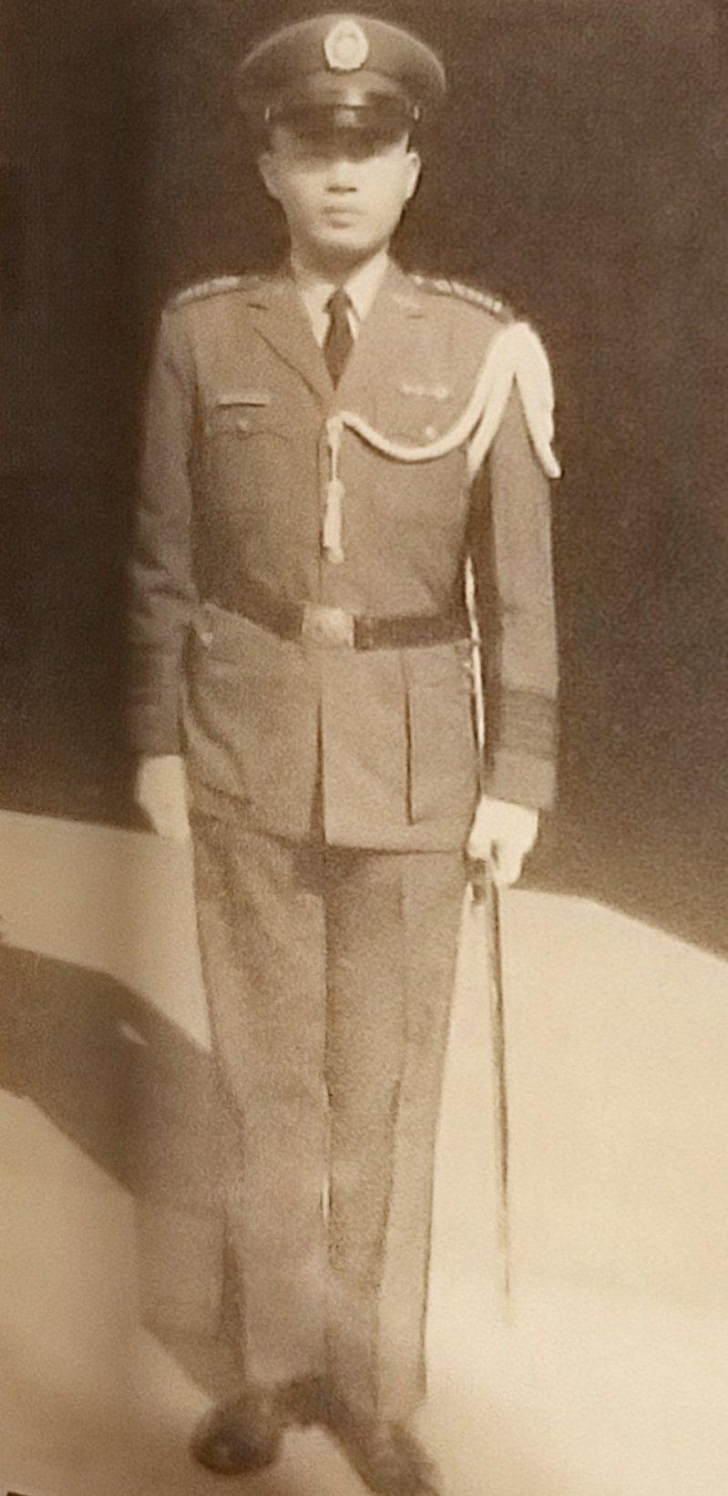 戴伯特就讀陸軍官校時,擔任學生實習幹部的英姿。 圖/戴伯特提供