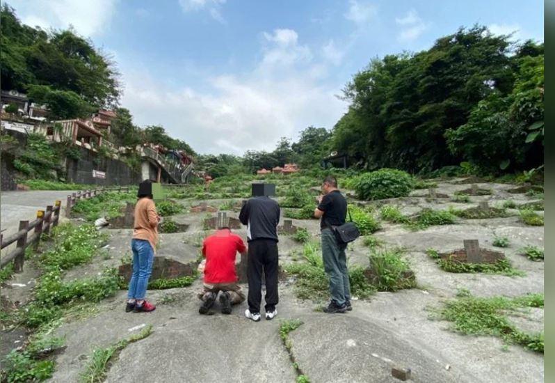 基隆市警局一分局三組組長許耀彬,幫13年前野柳無名男屍找到回家路,死者兒子等家屬,到基隆的無主墓碑前祭拜。圖/基隆市警局提供