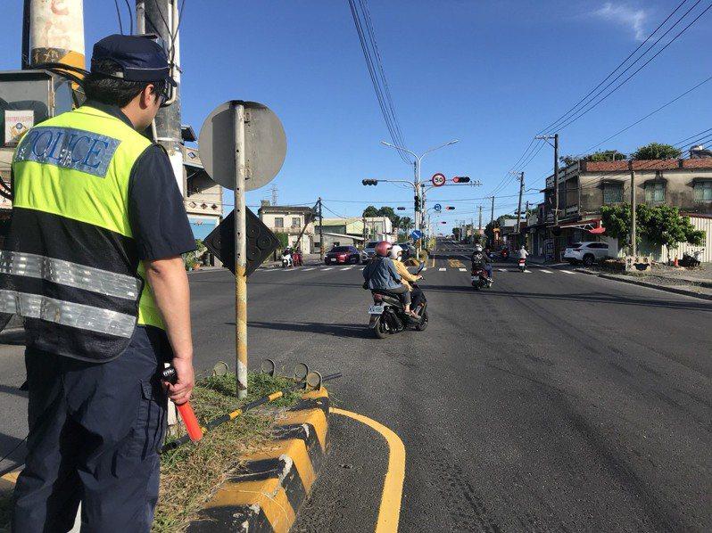 警方為了緩解北返車潮今天中午開始調撥北上車道來緩解車潮。記者陳弘逸/翻攝
