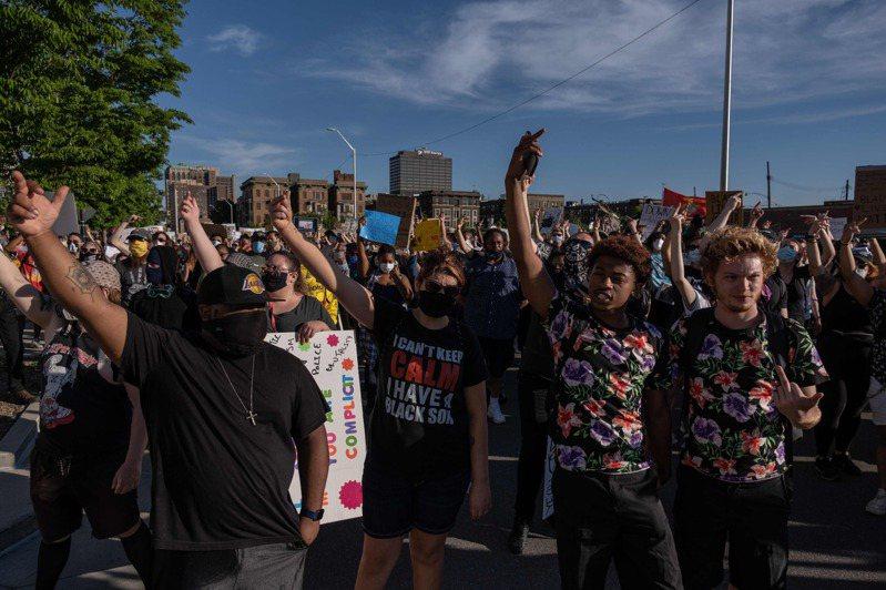 美國密西根州底特律民眾七日上街抗議非裔男子佛洛伊德遭白人警察壓頸致死案。(法新社)
