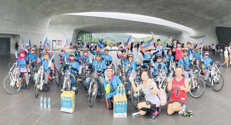 生命勵樂活輔健會日前舉行百人手搖車遠遊活動,60名特殊殘障者及陪同者花費5天時間從新竹市騎手搖車抵達嘉義縣新港鄉。圖/莊雅婷提供
