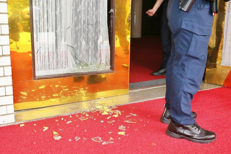 国民党占领议场,抗议临时会,并破坏大门玻璃。记者曾原信/摄影