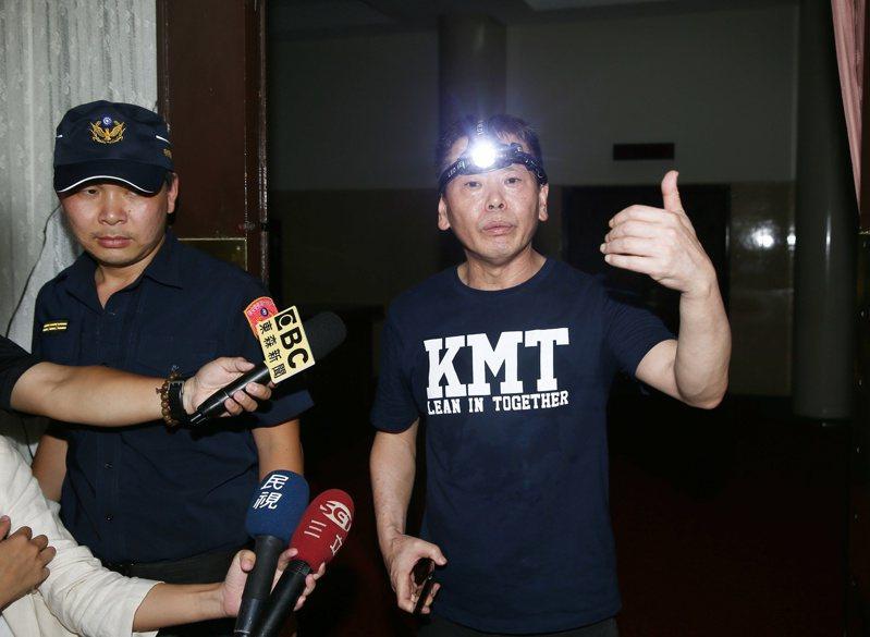 国民党占领议场,抗议临时会,并破坏大门玻璃,立法委员林为洲表示无法同意民进党的一意孤行。记者曾原信/摄影