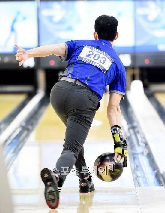 金秀賢2016年出席保齡球比賽,韓媒紛紛特寫他翹臀。圖/摘自今日體育