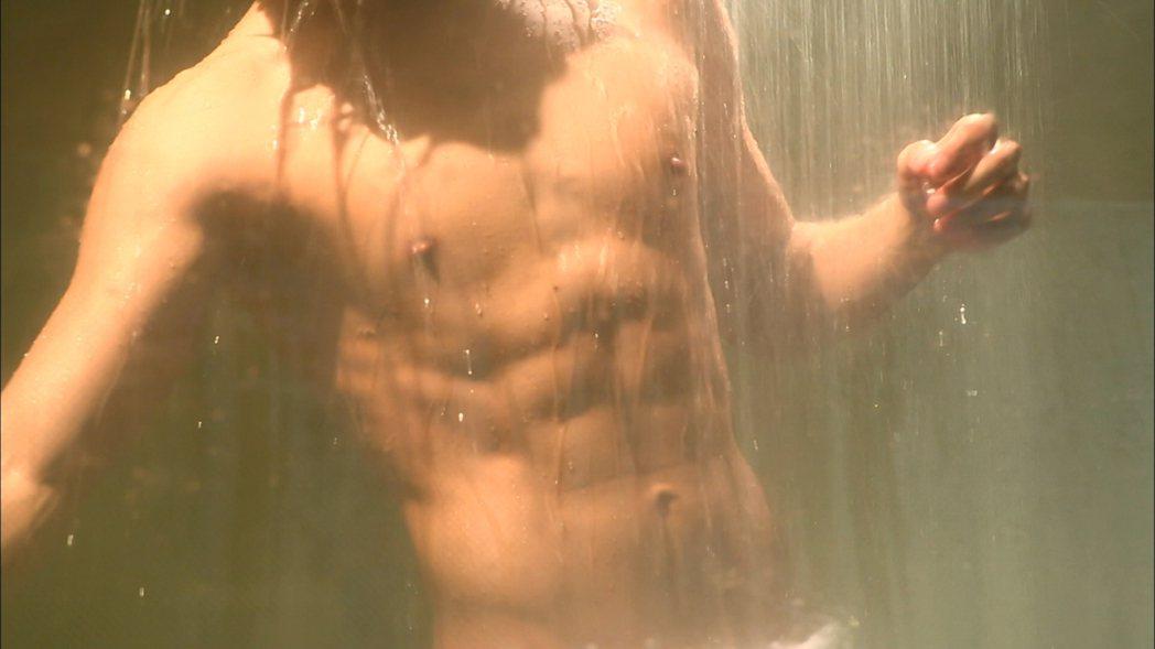 2013年「來自星星的你」刻意安排出浴鏡頭。圖/摘自Netflix