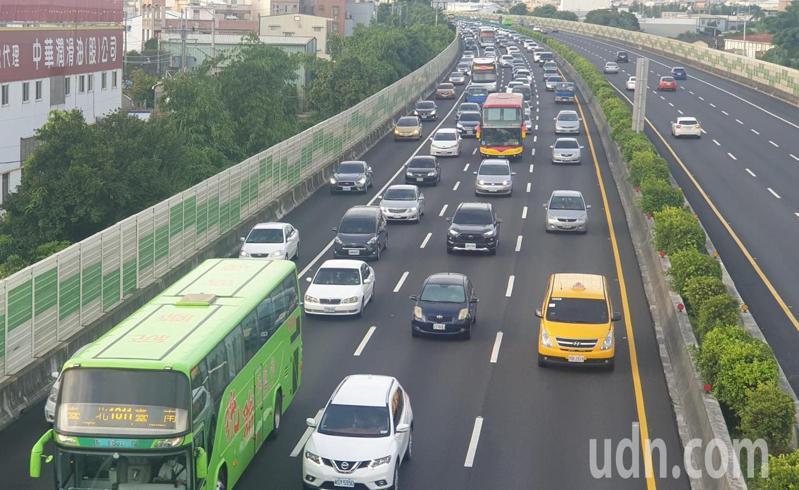 國道一號豐原到大雅段,今晚6點多已大塞車。記者游振昇/攝影