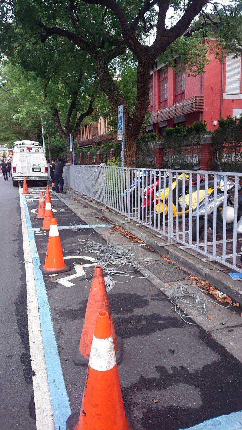 台北市警方開始在立院周遭架設阻材。記者廖炳棋/翻攝