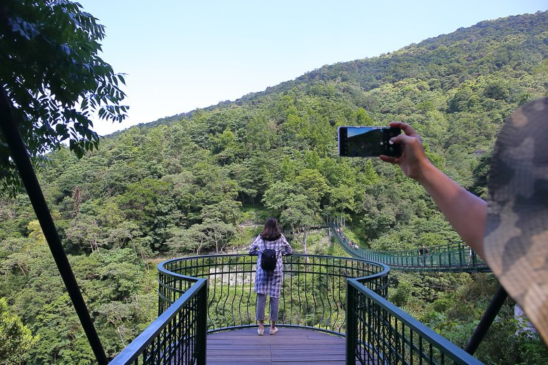 吊橋後側方設有觀景平台,吸引許多民眾前來拍照。記者陳睿中/攝影