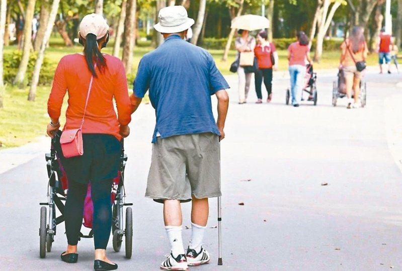 新北市議員李翁月娥指出,新北失智失能的長輩、身障者已超過10萬人,約有6成是在家內由家人照顧,盼與其他縣市相同給予照顧者津貼。 圖/聯合報系資料照片