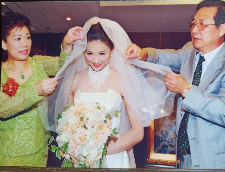林書煒到現在都留著父母送她出閣的照片。圖/摘自臉書