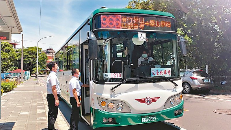 原屬國道客運1210、1211納編為新北市區公車966、967,昨天正式上路。 圖/新北市交通局提供