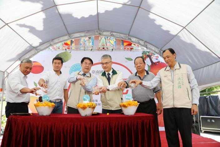 台南國際芒果節南化區場次昨舉行,市長黃偉哲(左三)等人促銷做芒果冰。圖/台南市府提供