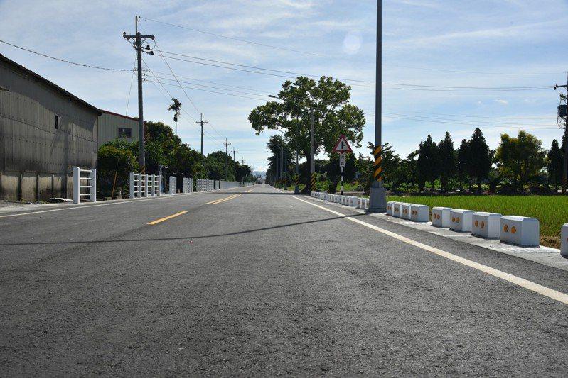 雲林縣莿桐鄉10號道路原只是5公尺寬的農路,如今拓寬成10公尺寬的聯外道,可貫通市區至外環道。記者陳苡葳/攝影