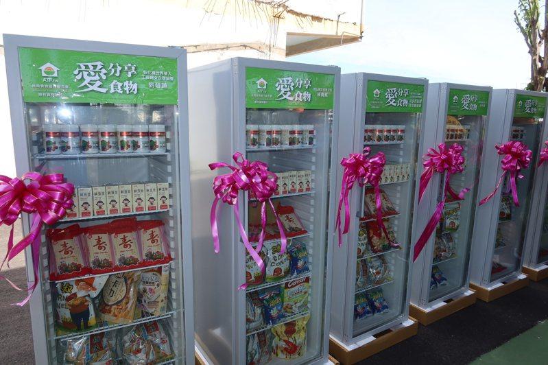 彰化縣二林鎮長蔡詩傑號召企業界和善心人士在二林設置20台食物冰箱照顧偏鄉弱勢朋友,讓資源再利用,也是一種共享理念。 記者林宛諭/攝影
