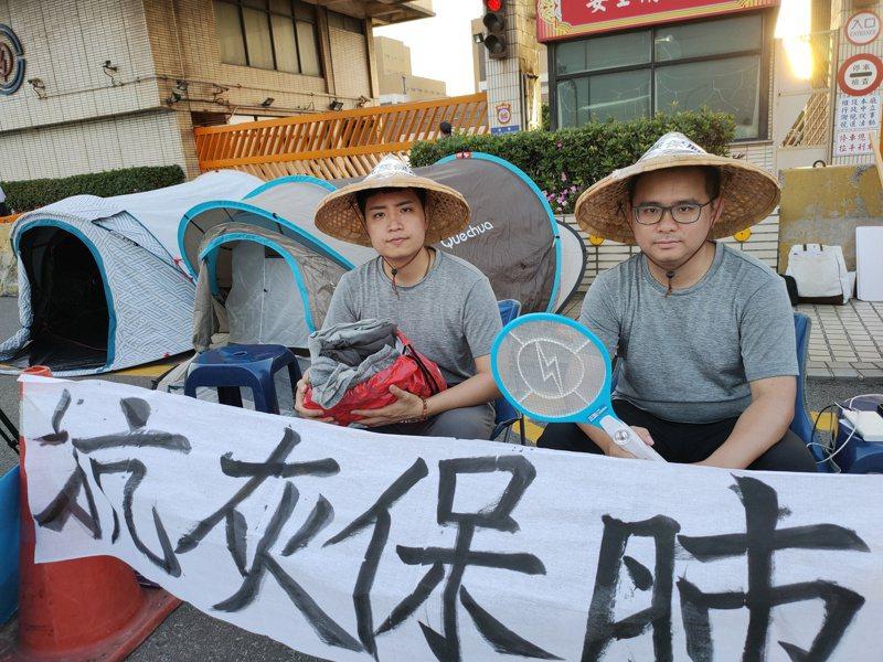 台中市议员罗廷玮(左)和黄健豪昨天下午到台中火力发电厂前静坐抗议。 记者黄寅/摄影