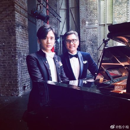 包小柏(右)客串演出張新成名鋼琴家父親。圖/摘自微博
