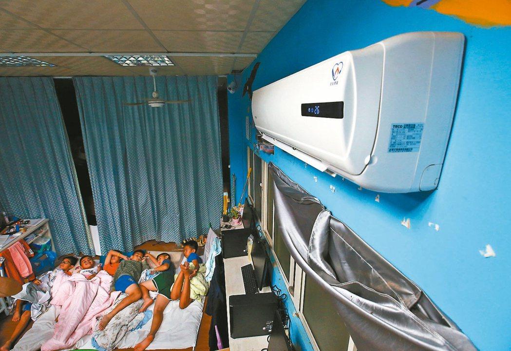 在「旭海小學堂」住宿的孩童,夏天幾乎都要吹冷氣才能入睡,高額電費是很大的負擔。...