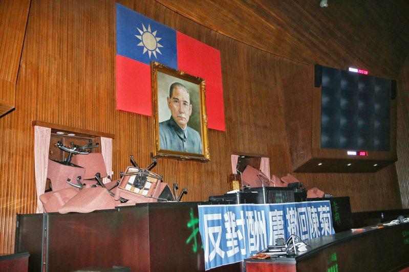 为反对民进党将于临时会处理监委人事案,国民党立委昨天下午突袭占领立院议场。记者曾原信/摄影
