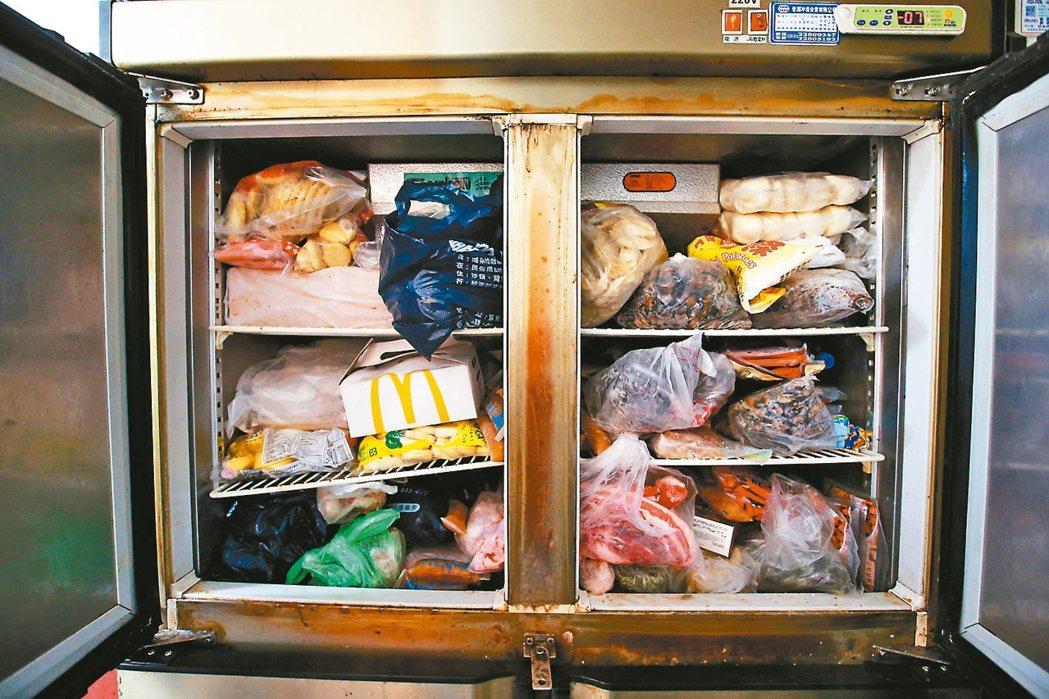 「旭海小學堂」廚房的二手冰箱塞滿食材,用電效能不佳。 記者林澔一/攝影