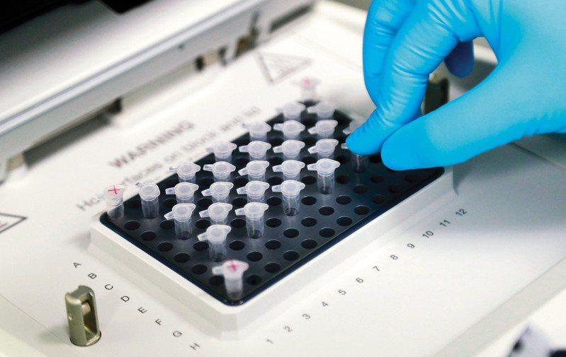 有學者擔心,台灣研發新冠肺炎疫苗腳步慢;疫情指揮中心指揮官陳時中今天說,補助研發經費已編列,且已有廠商送件申請人體試驗,也會與國外接洽採購。據了解,已有2家廠商提出人體試驗申請。示意圖/中新社