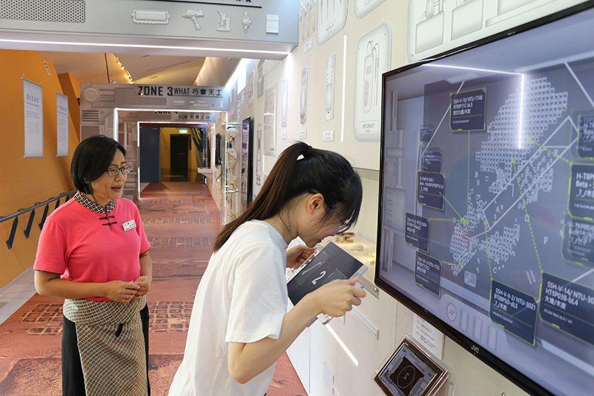 利用互動式感應板,分析考古標本年齡。 十三行博物館/提供