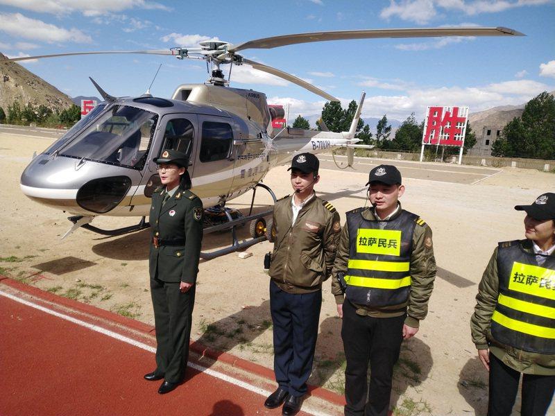 西藏軍區15日舉行五支民兵分隊入隊授旗儀式。圖/中新社