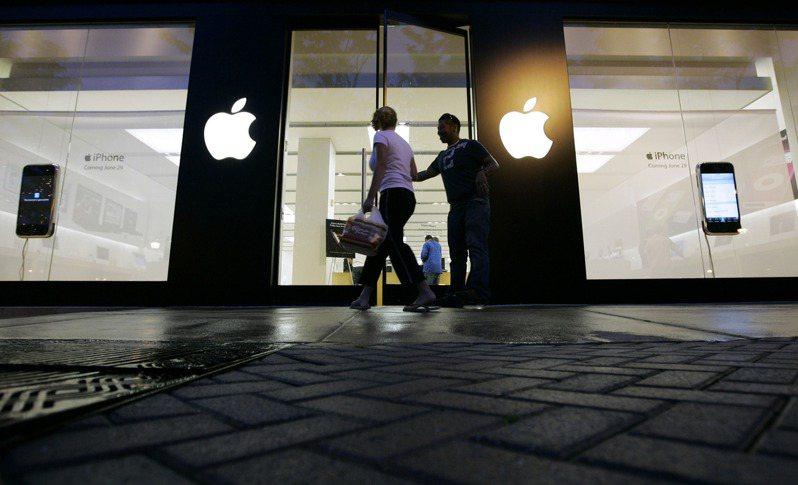 傳言蘋果新款iPhone 12可能取消隨機附贈充電器,以降低成本。美聯社