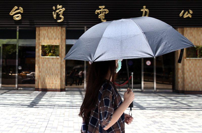 中央氣象局觀測,今天午後台北市氣溫飆升至攝氏38.9度。記者侯永全/攝影